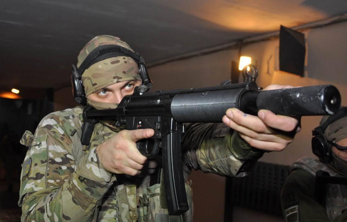 MP5 с глушителем.