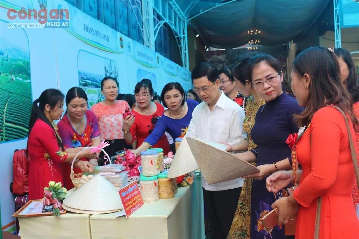 Các sản phẩm khởi nghiệp, khởi sự kinh doanh của hội viên phụ nữ                 được trưng bày tại Ngày hội Phụ nữ khởi nghiệp