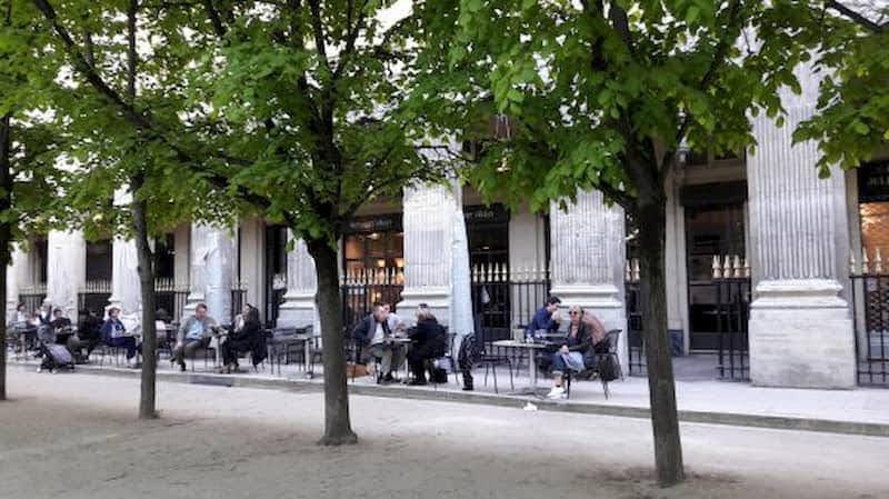 エミリー、パリへ行く パレロワイヤルでミンディとランチ