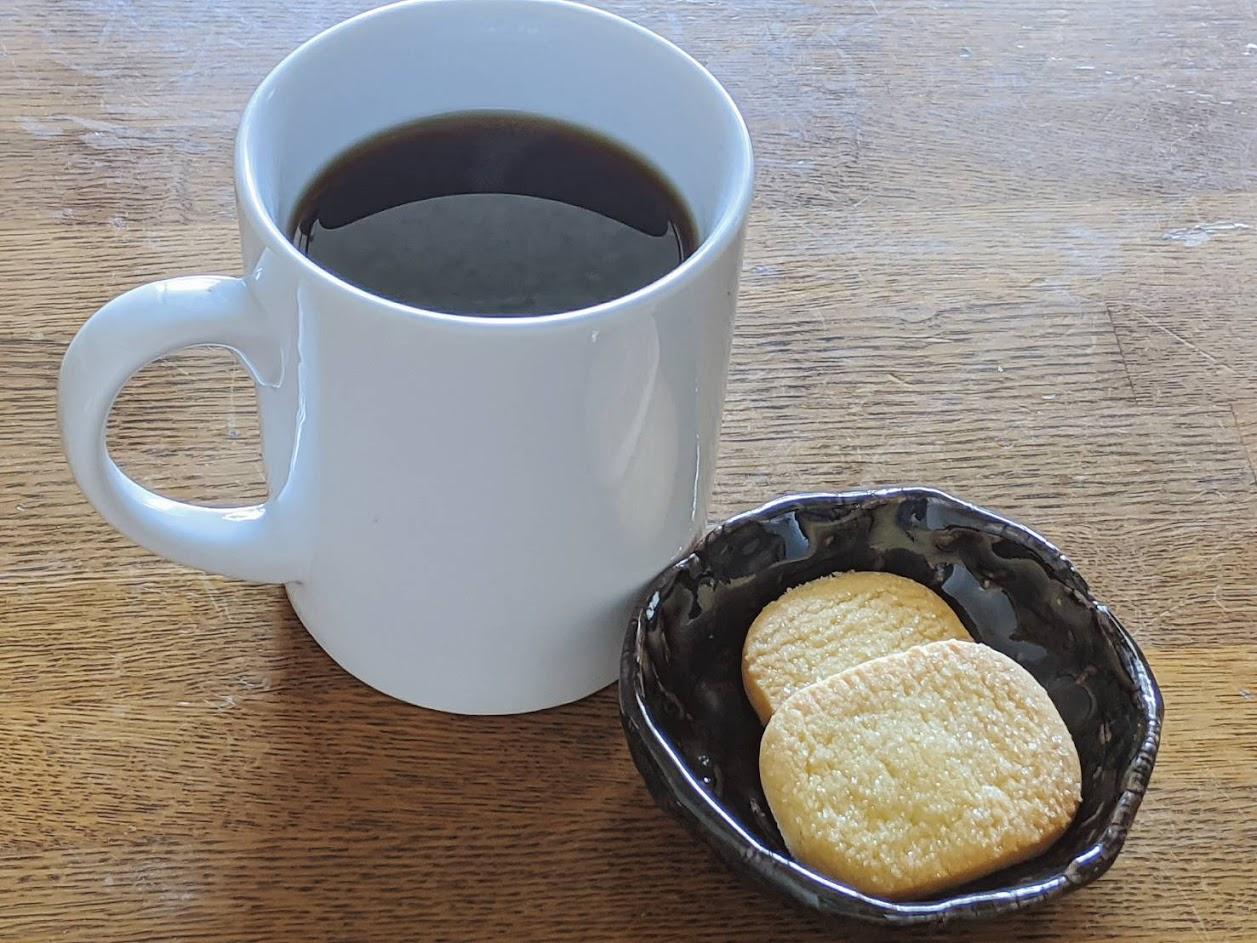 コーヒーと小皿に入れたセブーレ2枚の画像