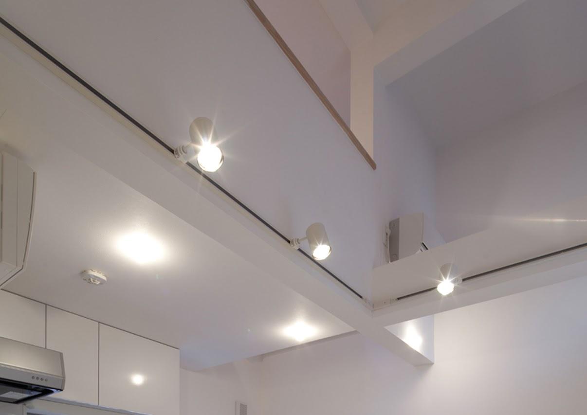 キッチンから天井を見上げた様子