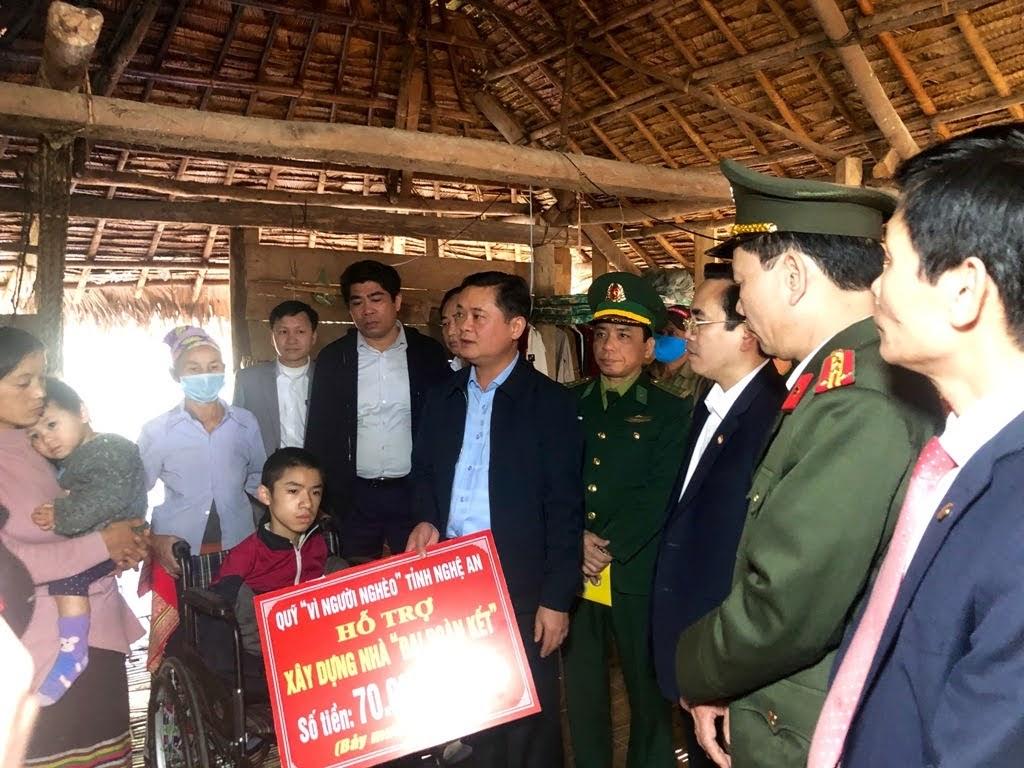 Đoàn công tác thăm hỏi và tặng quà Tết cho gia đình chị Lương Thị Hoa tại bản Hiệp Phong, xã Thông Thụ.