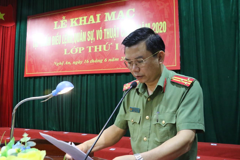 Thượng tá Nguyễn Văn Hùng, trưởng Phòng Công tác Đảng và công tác Chính trị phát biểu khai mạc buổi lễ.