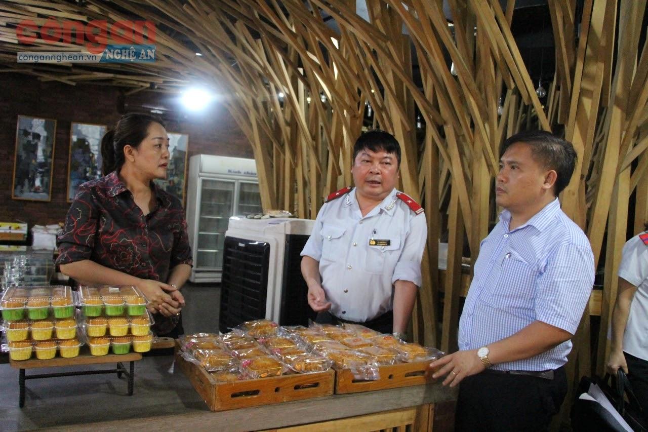 Lực lượng chức năng kiểm tra cơ sở sản xuất, kinh doanh thực phẩm                    trên địa bàn TP Vinh