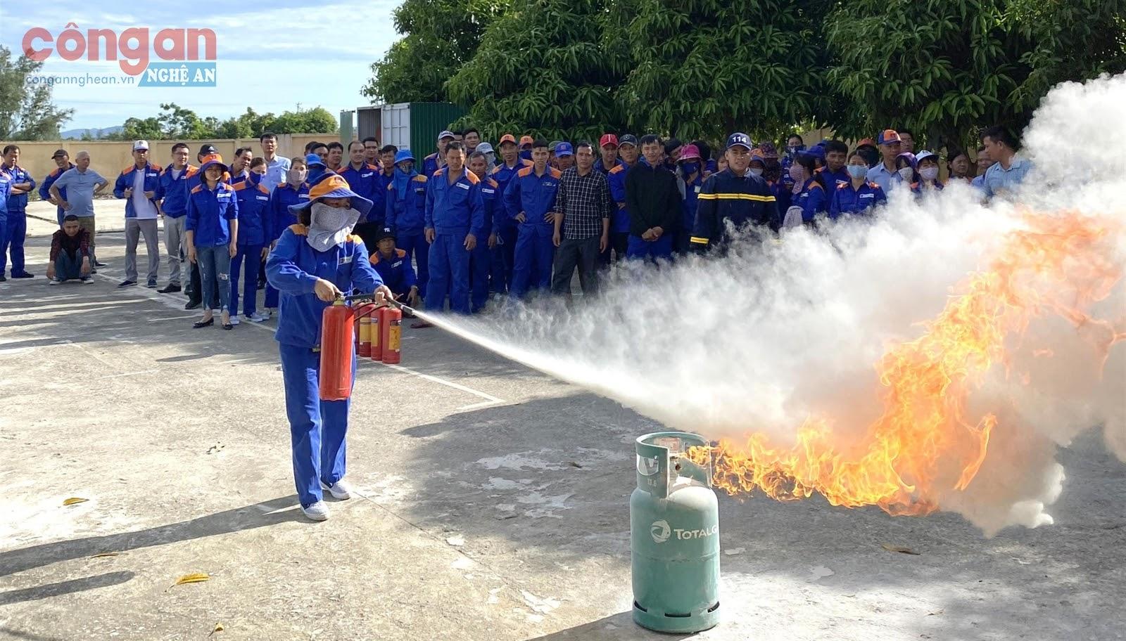 Lực lượng PCCC cơ sở thực hành các kĩ năng  phòng cháy, chữa cháy