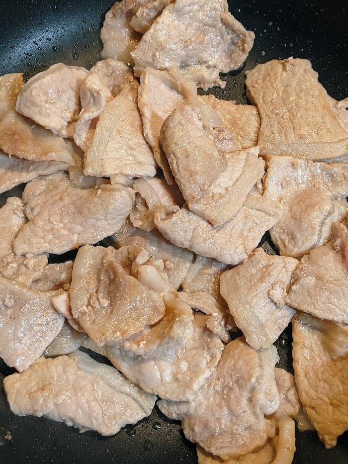 しょうが焼き用の豚肉をフライパンで炒めている画像