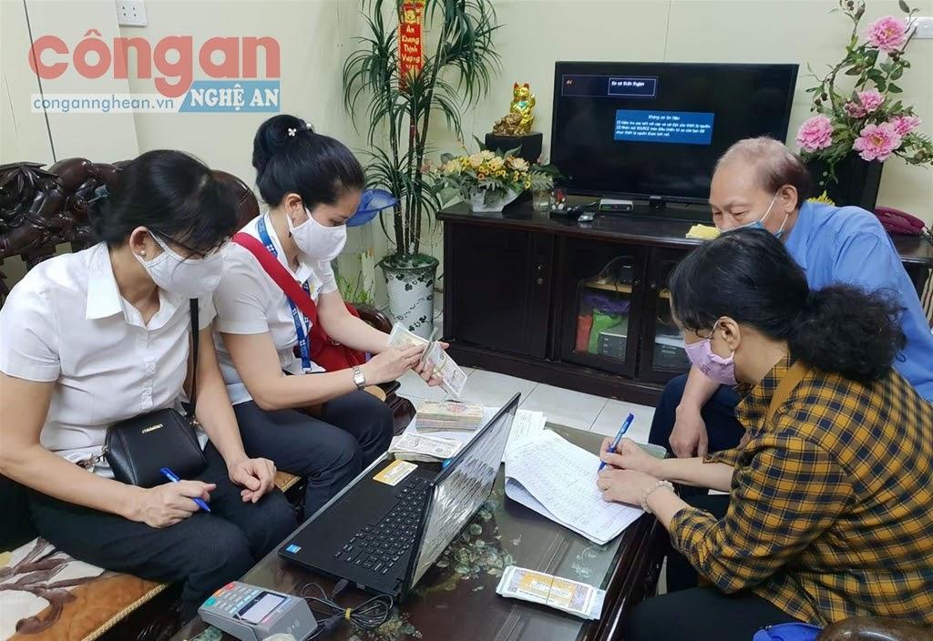 BHXH Việt Nam tiến hành triển khai chi trả lương hưu tại nhà  trong thời gian giãn cách xã hội, phòng chống dịch Covid-19