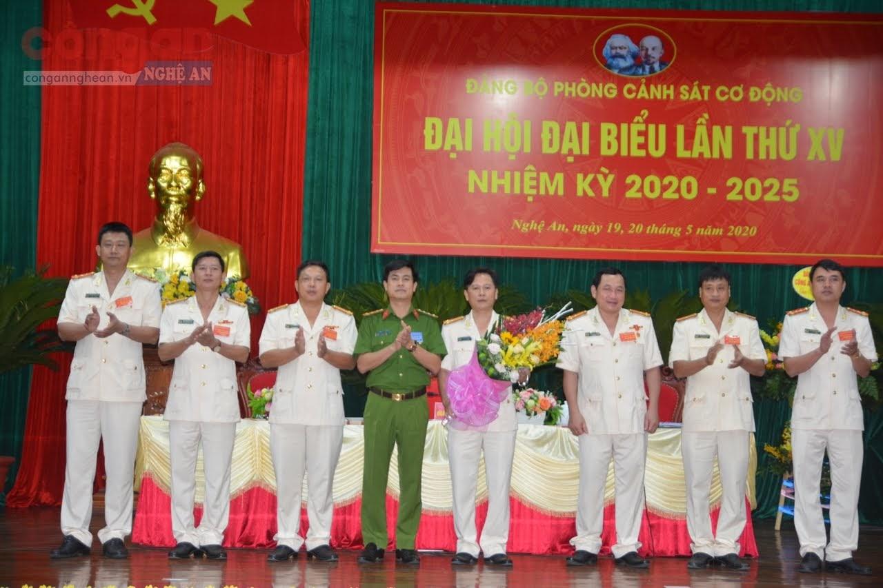 Đại tá Nguyễn Đức Hải tặng hoa chúc mừng BCH khóa mới