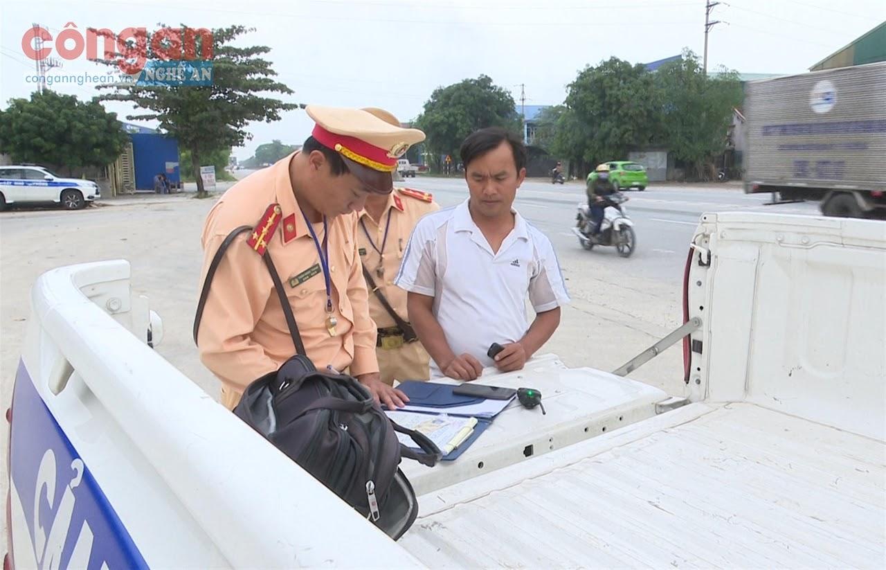 Cảnh sát giao thông lập biên bản xử lý trường hợp vi phạm pháp luật về TTATGT