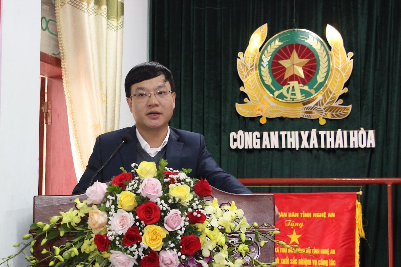Đồng chí Phạm Tuấn Vinh, Bí thư Thị ủy Thái Hòa phát biểu tại Hội nghị