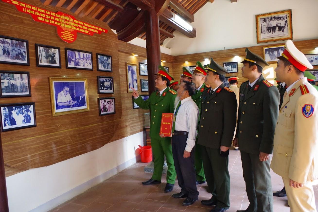 Đoàn đại biểu thăm quan Nhà trưng bày lưu niệm các tài liệu, hiện vật về đồng chí cố Bộ trưởng