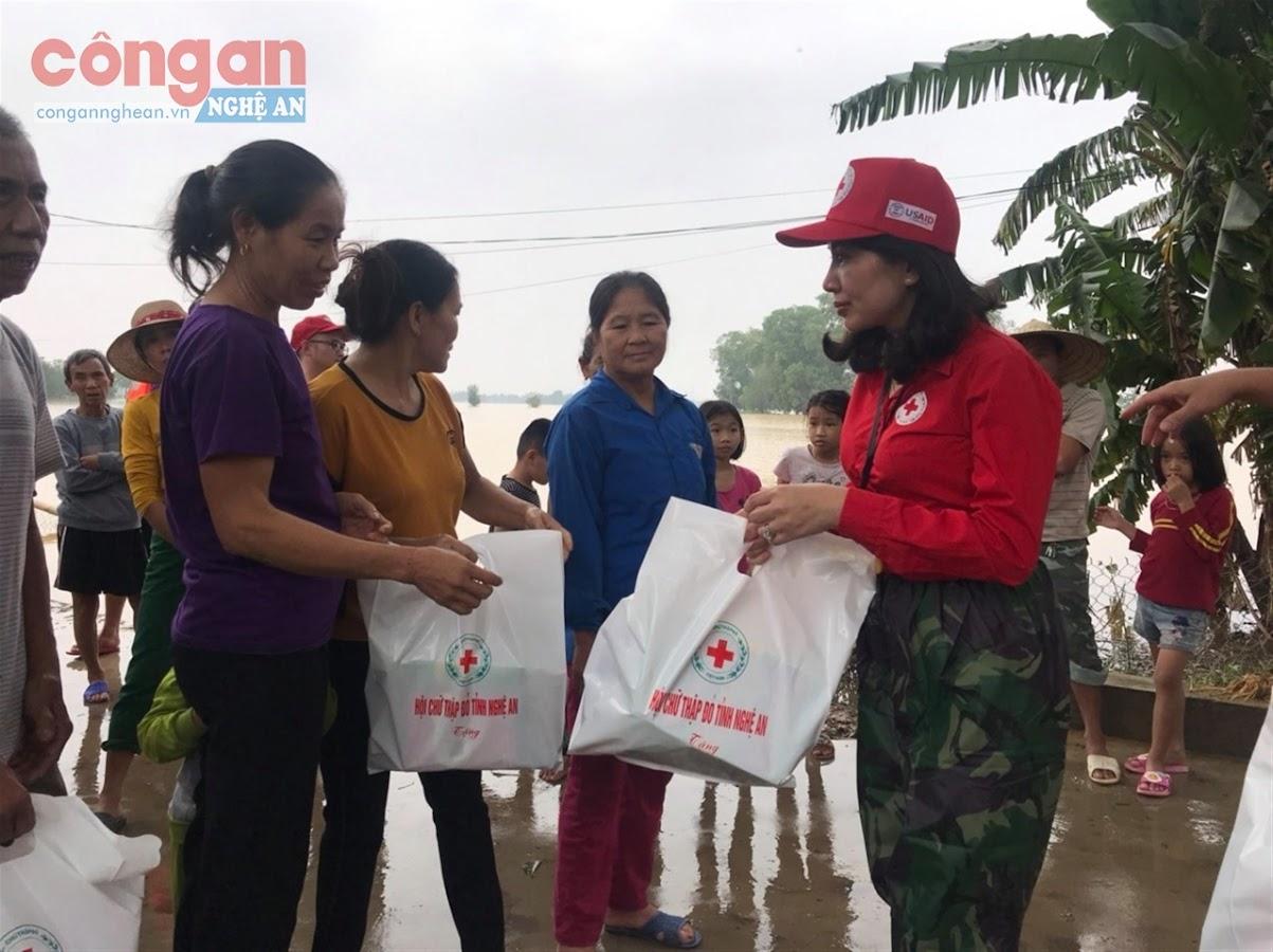 Đại diện Hội Chữ thập đỏ trao quà hỗ trợ cho người dân bị ảnh hưởng mưa lũ