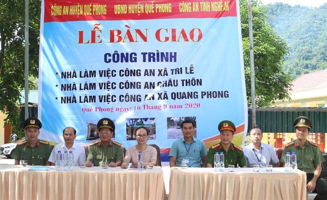 Đại diện Công an tỉnh, Công an huyện Quế Phong, chính quyền địa phương và các đơn vị liên quan tại buổi lễ bàn giao
