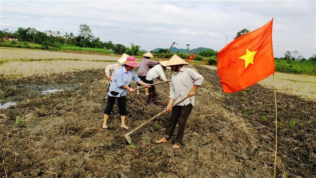 Người dân thôn 2/9 đang cải tạo ruộng đất