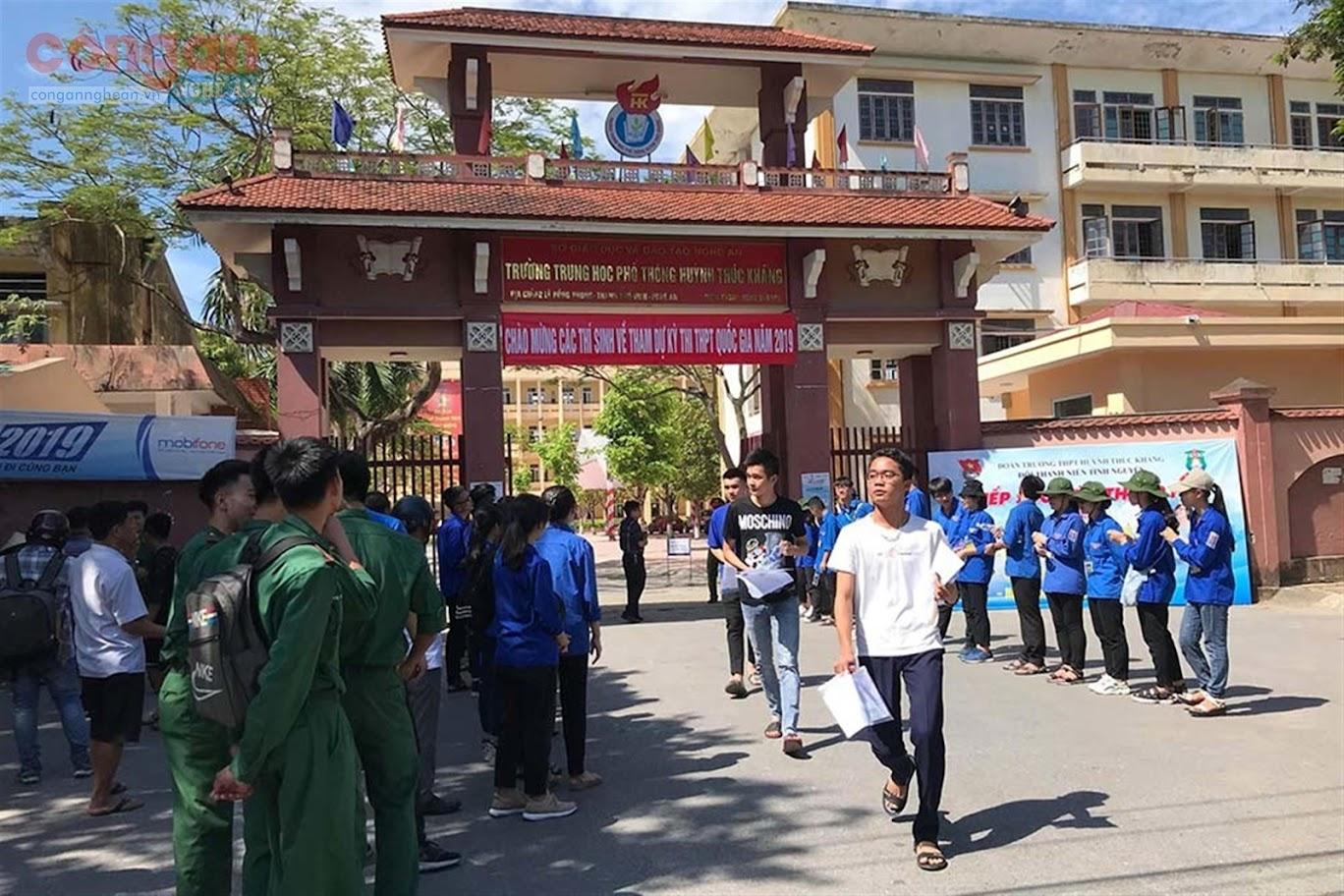 Các thí sinh tham gia kỳ thi THPT quốc gia năm 2019 tại điểm thi                               trường THPT Huỳnh Thúc Kháng, TP Vinh, Nghệ An
