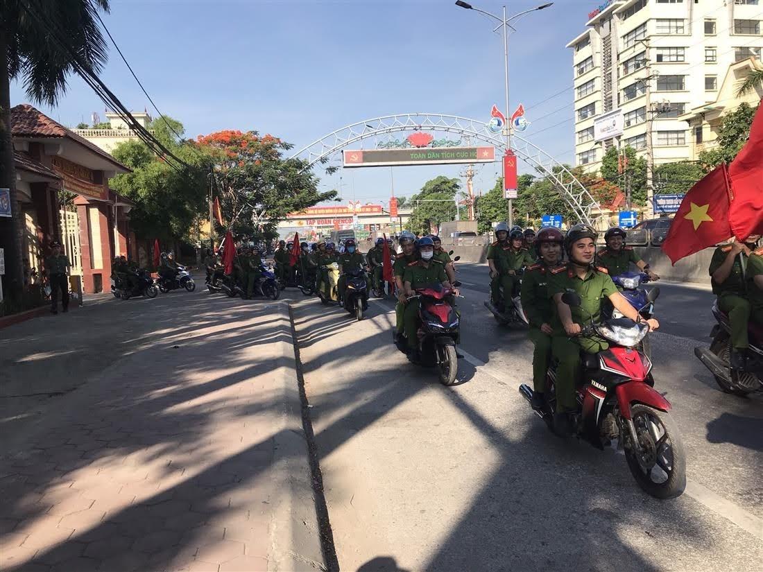 CBCS Công an huyện Quỳnh Lữu diễu hành trên các tuyến phố