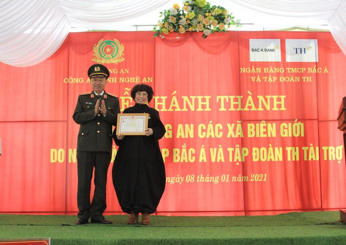 Bộ trưởng Tô Lâm trao quà của Bộ Công an và Kỷ niệm chương Bảo vệ ANTQ đối với bà Thái Hương – Anh hùng lao động, Chủ tịch Hiệp hội nữ Doanh nhân Việt Nam, Chủ tịch Hội đồng chiến lược Tập đoàn TH.