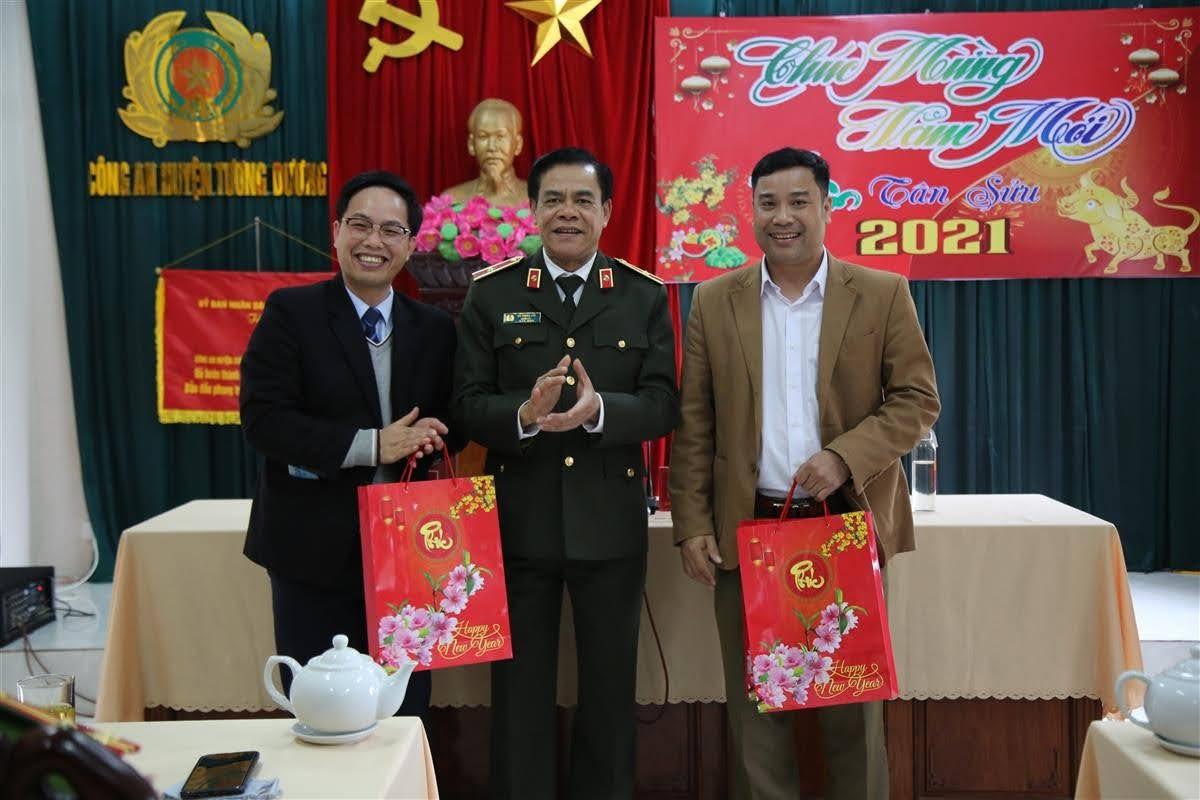 Tặng quà cho lãnh đạo Huyện ủy, UBND huyện Tương Dương