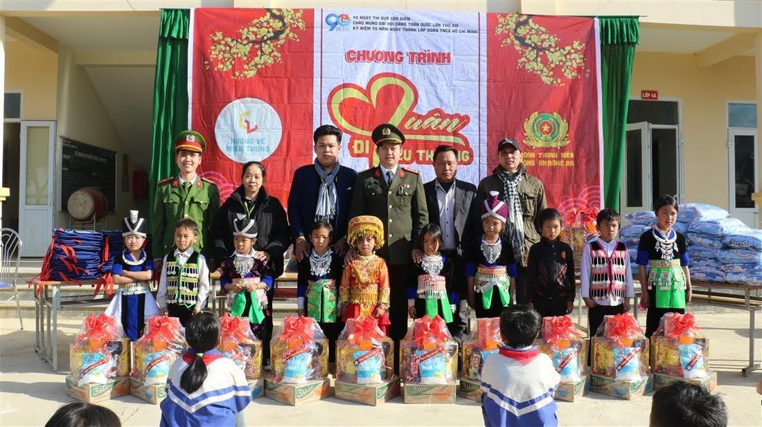 Phần quà tết được gửi đến cho các em học sinh nghèo có thành tích học tập tốt.