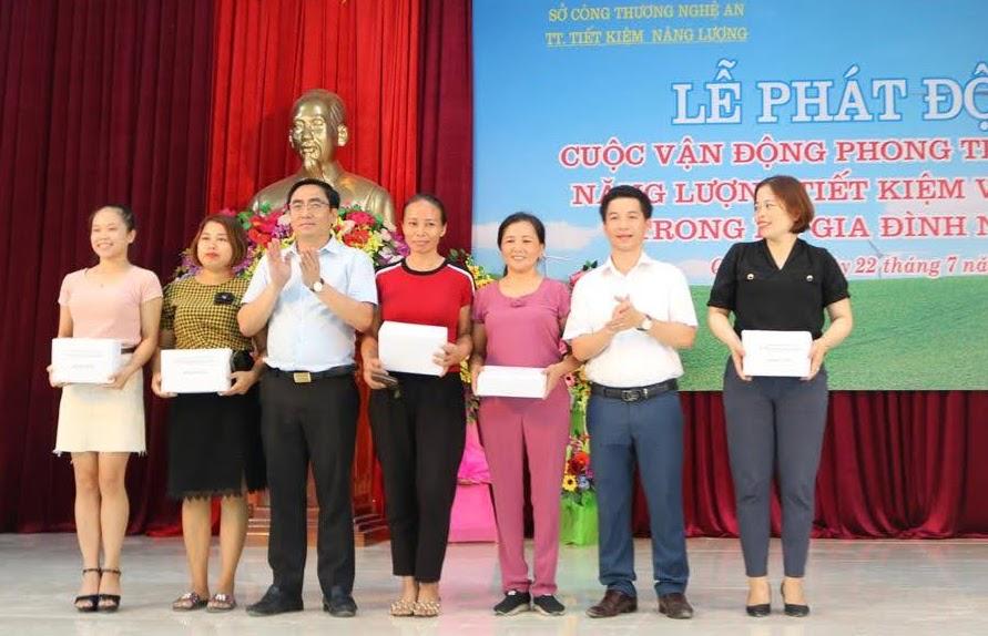 Ban tổ chức trao thưởng cho khán giả trả lời xuất sắc trong phần giao lưu