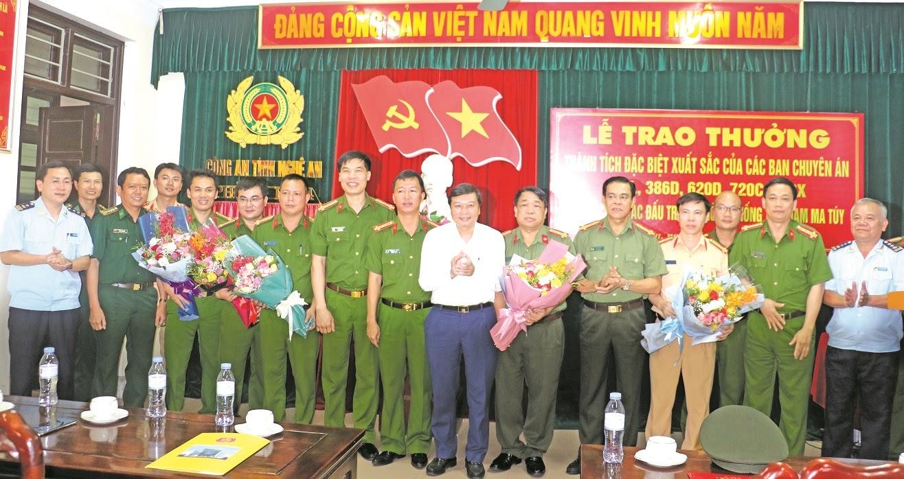 Đồng chí Lê Hồng Vinh, Uỷ viên Ban Thường vụ Tỉnh uỷ, Phó Chủ tịch UBND tỉnh trao thưởng cho thành tích đặc biệt xuất sắc của Công an Nghệ An trong đấu tranh, phòng chống tội phạm