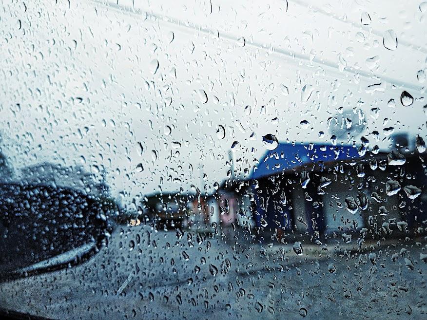 Mưa lớn gây lụt, ngã cây nhưng trời vẫn nóng, người già vẫn cần nệm nước