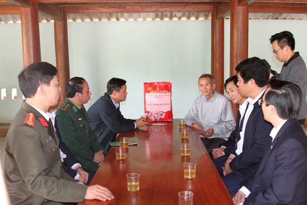 Đoàn công tác thăm và tặng quà Tết cho gia đình ông Sầm Văn Huân, Thương binh 1/4 trú tại khối Trung Sơn, thị trấn Kim Sơn.