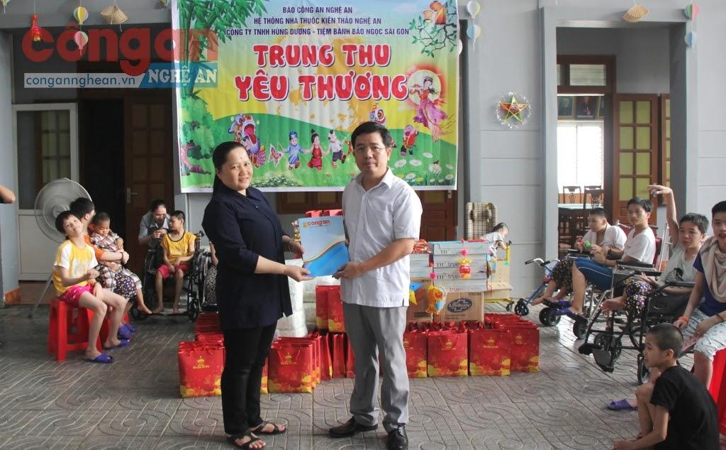 Thượng tá Nguyễn Xuân Thư, Trưởng phòng tặng quà cho Trung tâm