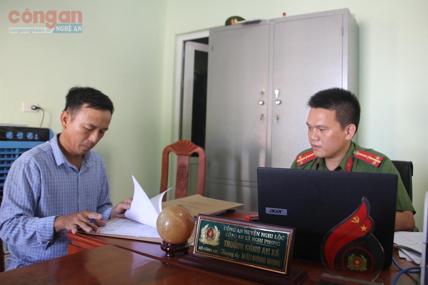 Trưởng Công an xã Nghi Phong tiếp nhận trình báo sự việc của người dân