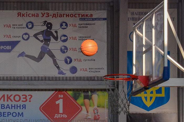 Group of people playing basketball Группа людей играющих в баскетбол