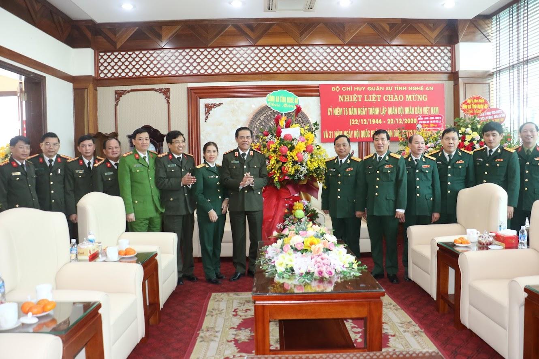 Đoàn công tác chúc mừng Bộ Chỉ huy Quân sự tỉnh