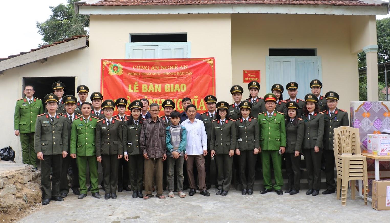 Đoàn công tác bàn giao nhà tình nghĩa và chụp ảnh lưu niệm cùng chính quyền địa phương và gia đình ông Hồ Xuân Hùng.