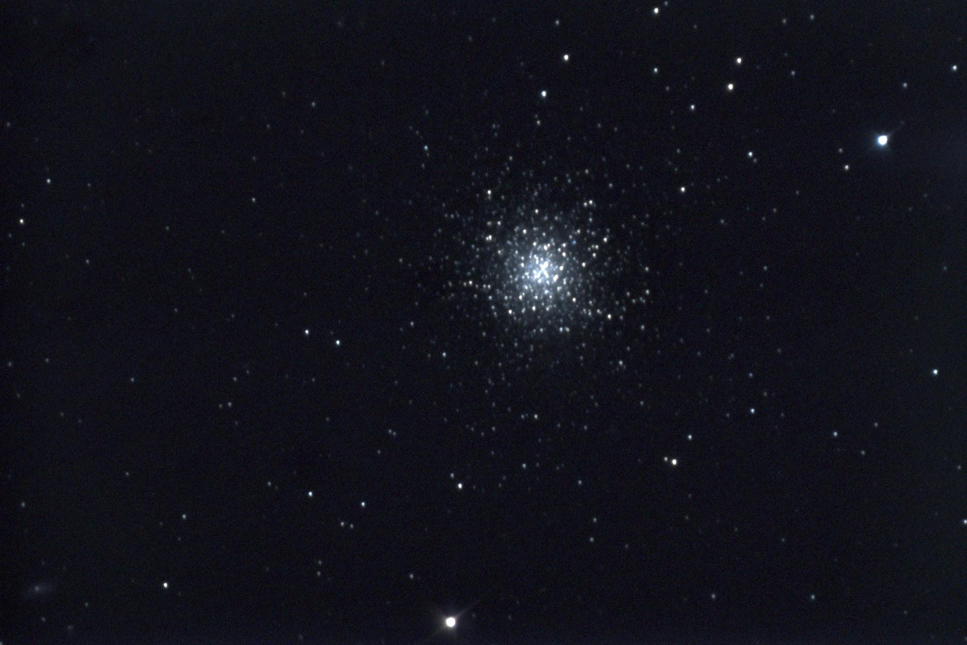 M13 (NGC 6205) :ヘルクレス座にある球状星団