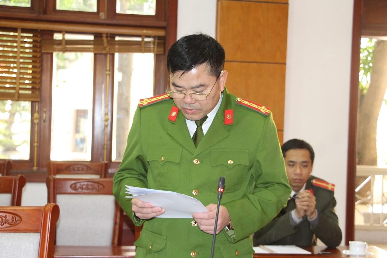 Đại tá Lương Thế Lộc, Trưởng Phòng PC06 Công an tỉnh báo cáo công tác quản lý, phòng ngừa, đấu tranh với các hành vi vi phạm pháp luật về VK, VLN, CCHT và pháo trong dịp Tết Nguyên đán Tân Sửu 2021 tại Nghệ An