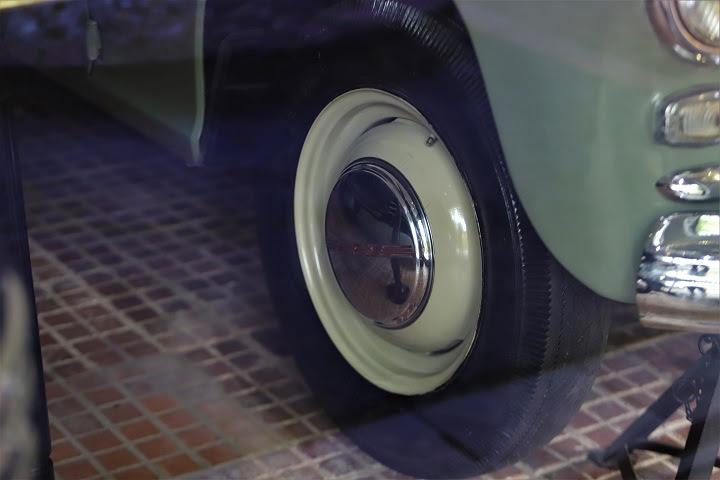 Theo tìm hiểu của phóng viên, khi đi công tác xa, Bác Hồ vẫn thường thích đi chiếc xe Pobeda vì xe cao, máy khỏe và tiết kiệm xăng. Trong ảnh, phần gầm và bánh chiếc xe Pobeda.
