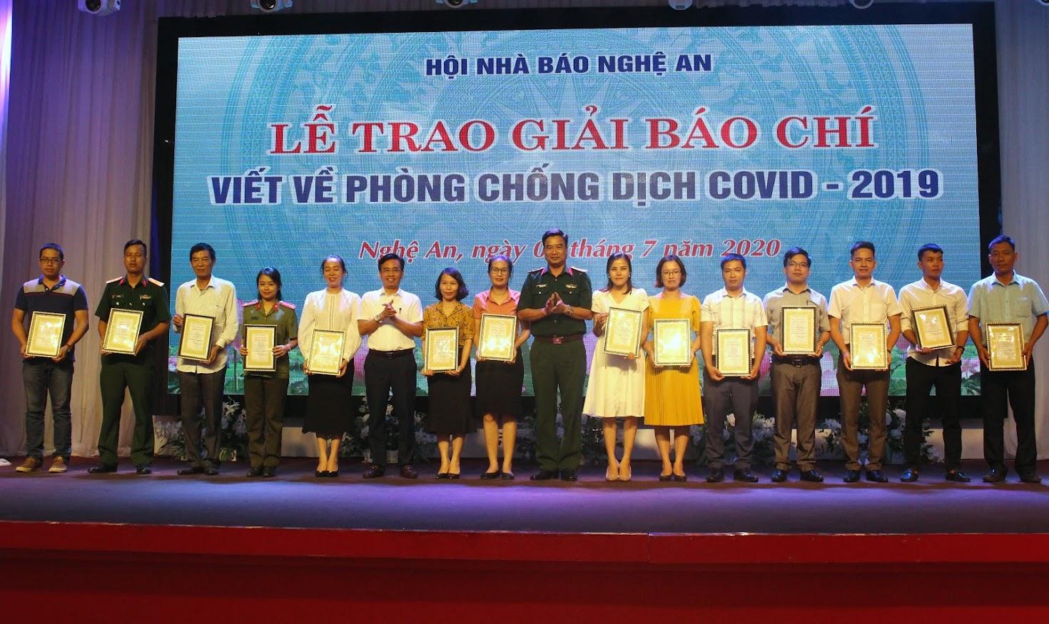 Lãnh đạo Sở Thông tin và truyền thông, Bộ Chỉ huy Quân sự tỉnh trao giải Khuyến khích cho các tác giả