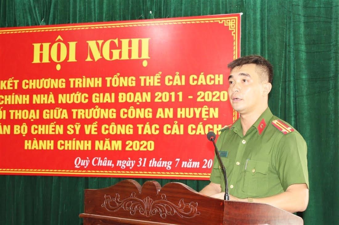 Đồng chí Trung tá Nguyễn Hàm Thắng - Phó Trưởng Công an huyện báo cáo  tóm tắt kết quả thực hiện CCHC, giai đoạn 2011 - 2020