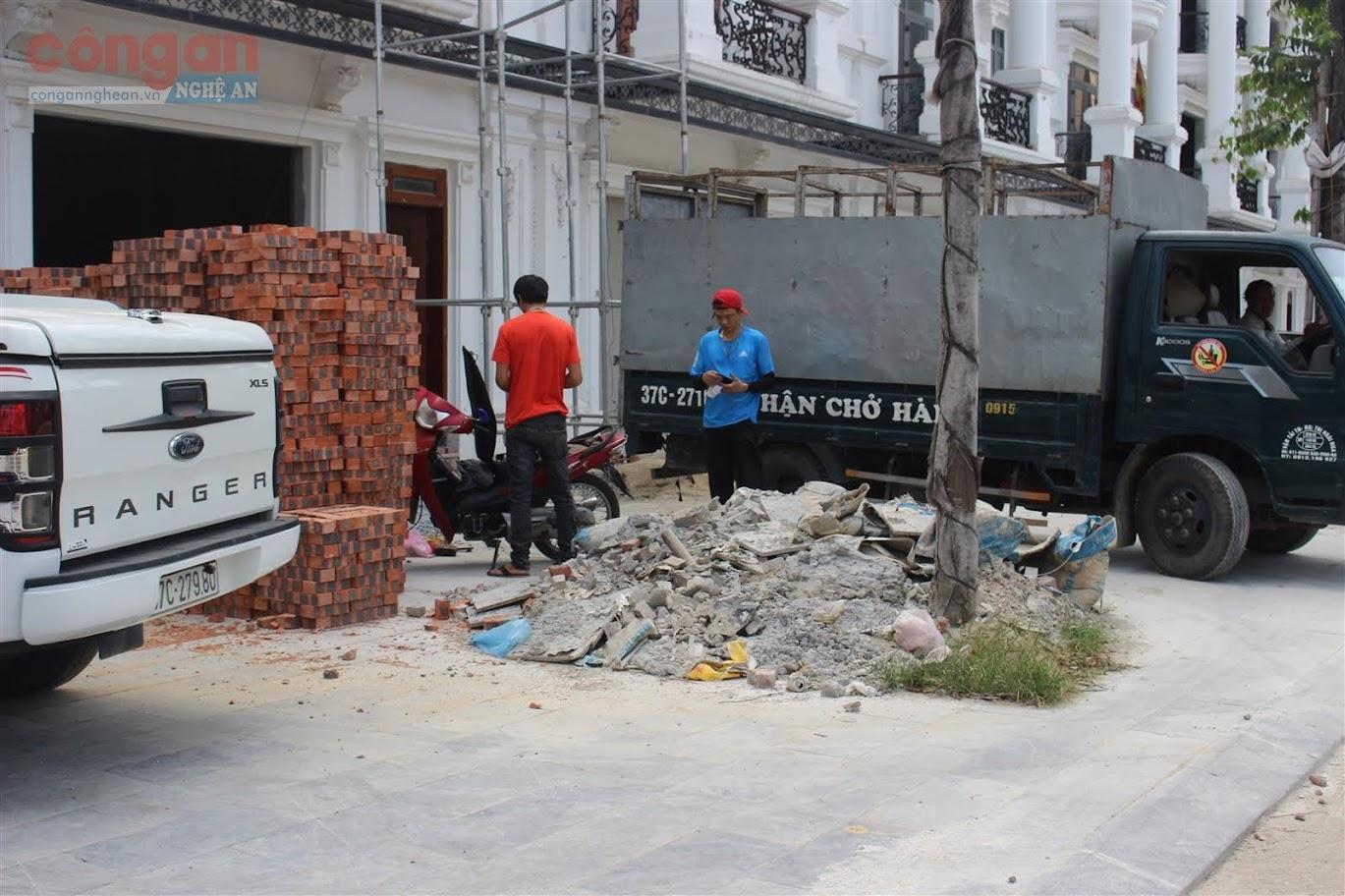 Nhiều công trình đang thi công cũng tập kết vật liệu xây dựng bừa bộn trên phần đường dành cho người đi bộ.