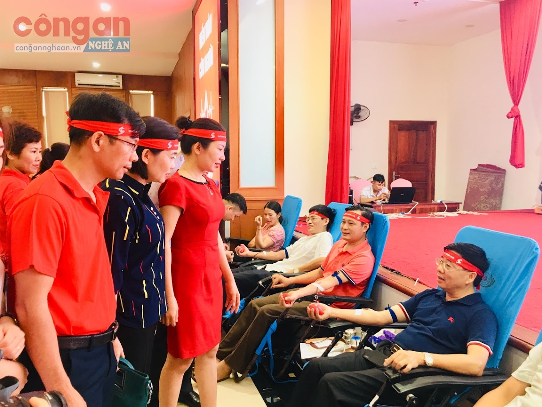 Đồng chí Nguyễn Văn Thông, Phó Bí thư Tỉnh ủy tham gia hiến máu