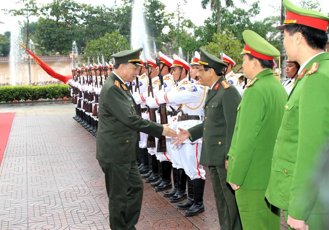 Bộ trưởng Tô Lâm chào xã giao các đồng chí trong ban Giám đốc Công an tỉnh