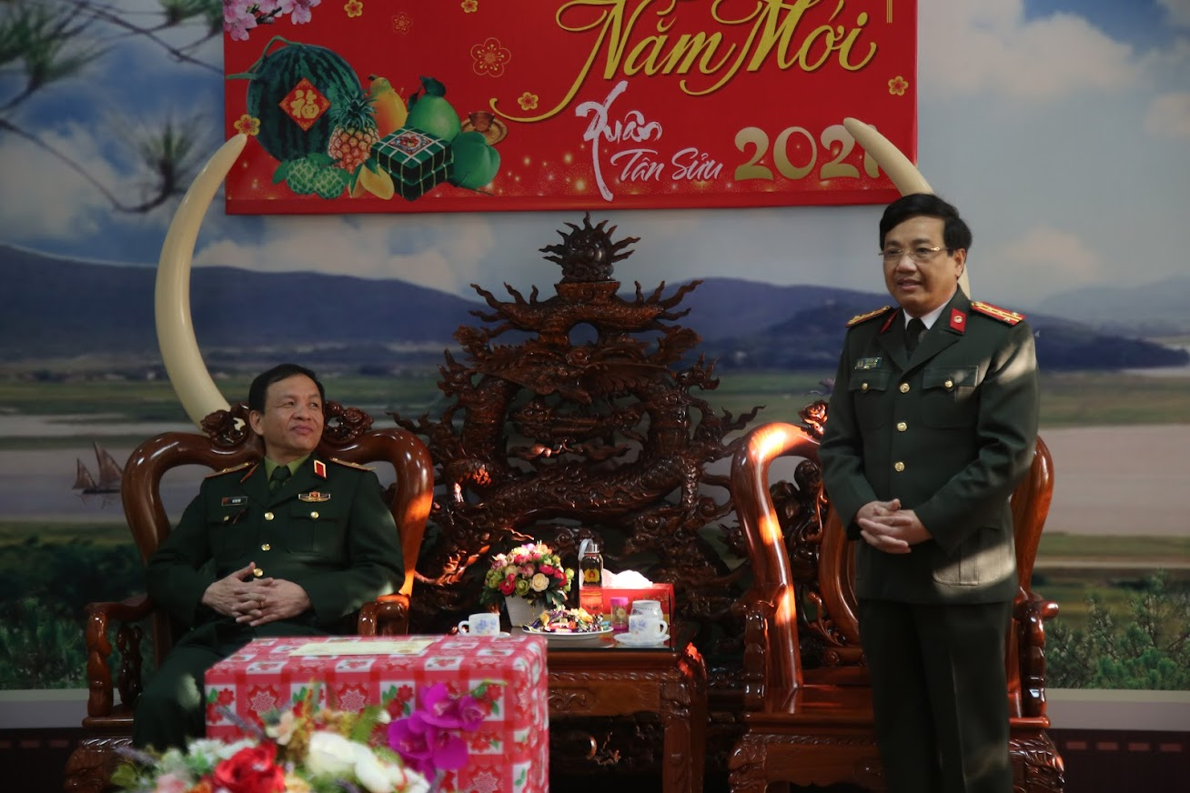 Đại tá Hồ Văn Tứ, Phó Giám đốc Công an tỉnh cảm ơn sự quan tâm, giúp đỡ của lãnh đạo Quân khu 4 trong năm 2020 đã tạo điều kiện cho lực lượng Công an tỉnh hoàn thành tốt nhiệm vụ được giao.