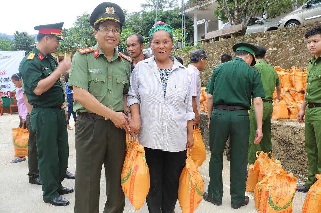 Đại Tá Hồ Văn Tứ, Phó Giám đốc Công an tỉnh trao quà cho các hộ gia đình có hoàn cảnh đặc biệt khó khăn trên địa bàn xã