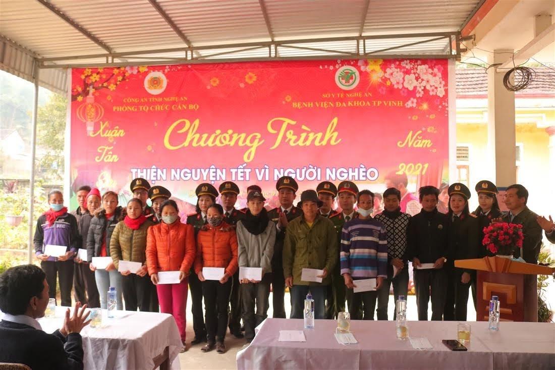 Phòng Tổ chức cán bộ Công an tỉnh Nghệ An và Bệnh viện đa khoa thành phố Vinh trao quà cho bà con nhân dân xã Liên Hợp
