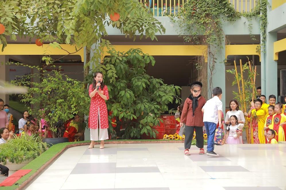 Cô Trần Thanh Bình đã khiến cả hội thi xúc động với giọng kể sâu lắng qua câu chuyện Mẹ mù