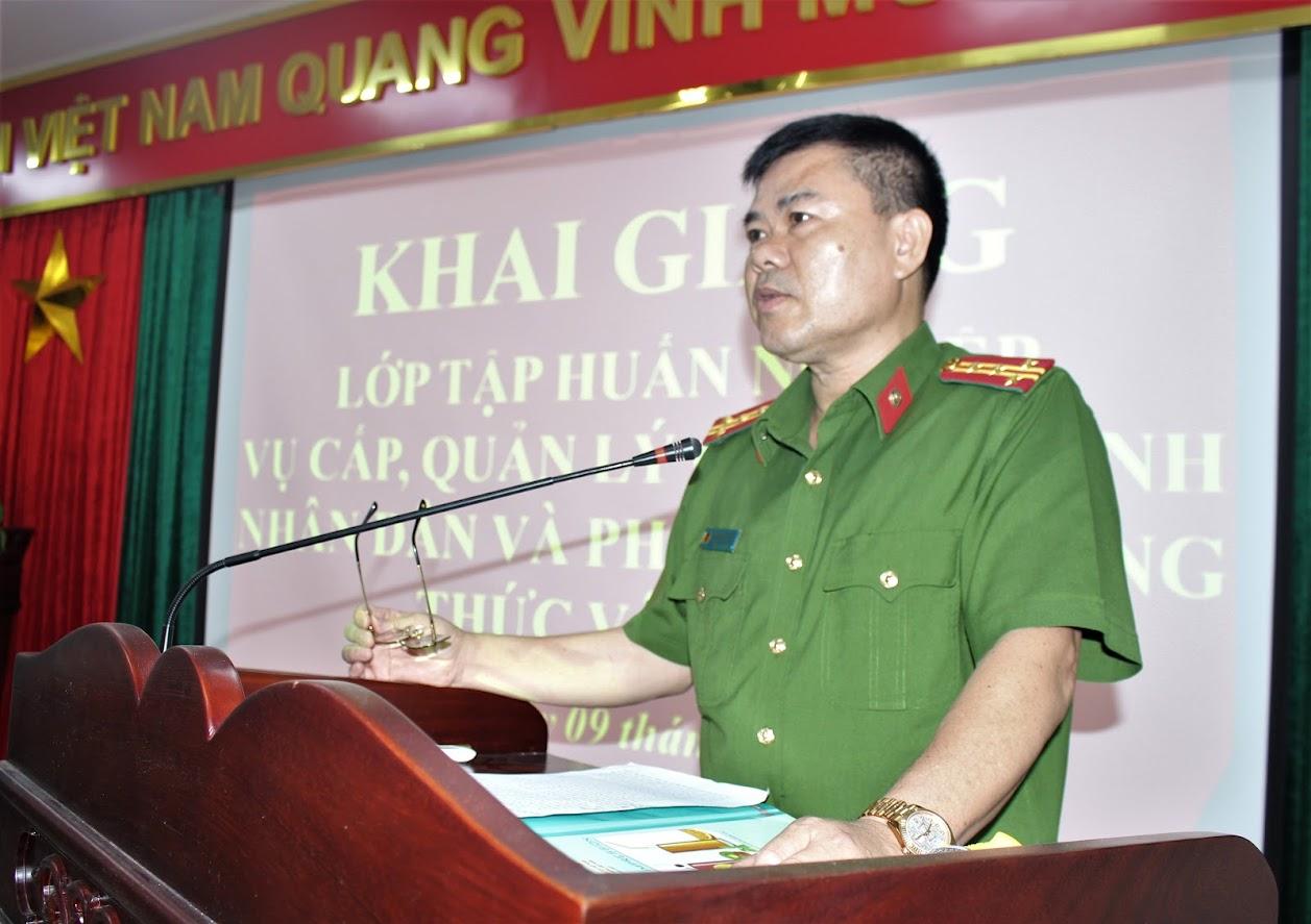 Đại tá Lương Thế Lộc, Trưởng phòng Cảnh sát QLHC về TTXH Công an tỉnh phát biểu tại Hội nghị tập huấn