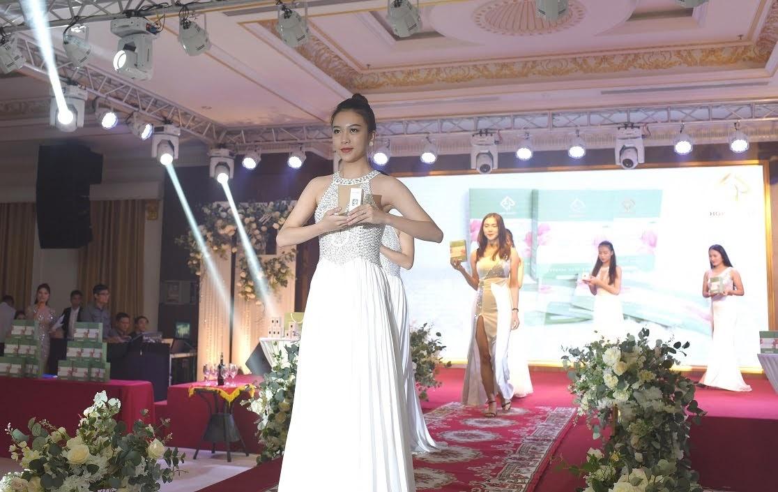 Lễ ra mắt bộ ba sản phẩm mới của HGP Beauty thu hút được sự quan tâm của nhiều khách hàng xứ Nghệ.