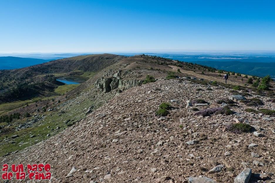 Al fondo vemos el Pico del Mojón Alto sobre la Laguna Helada.