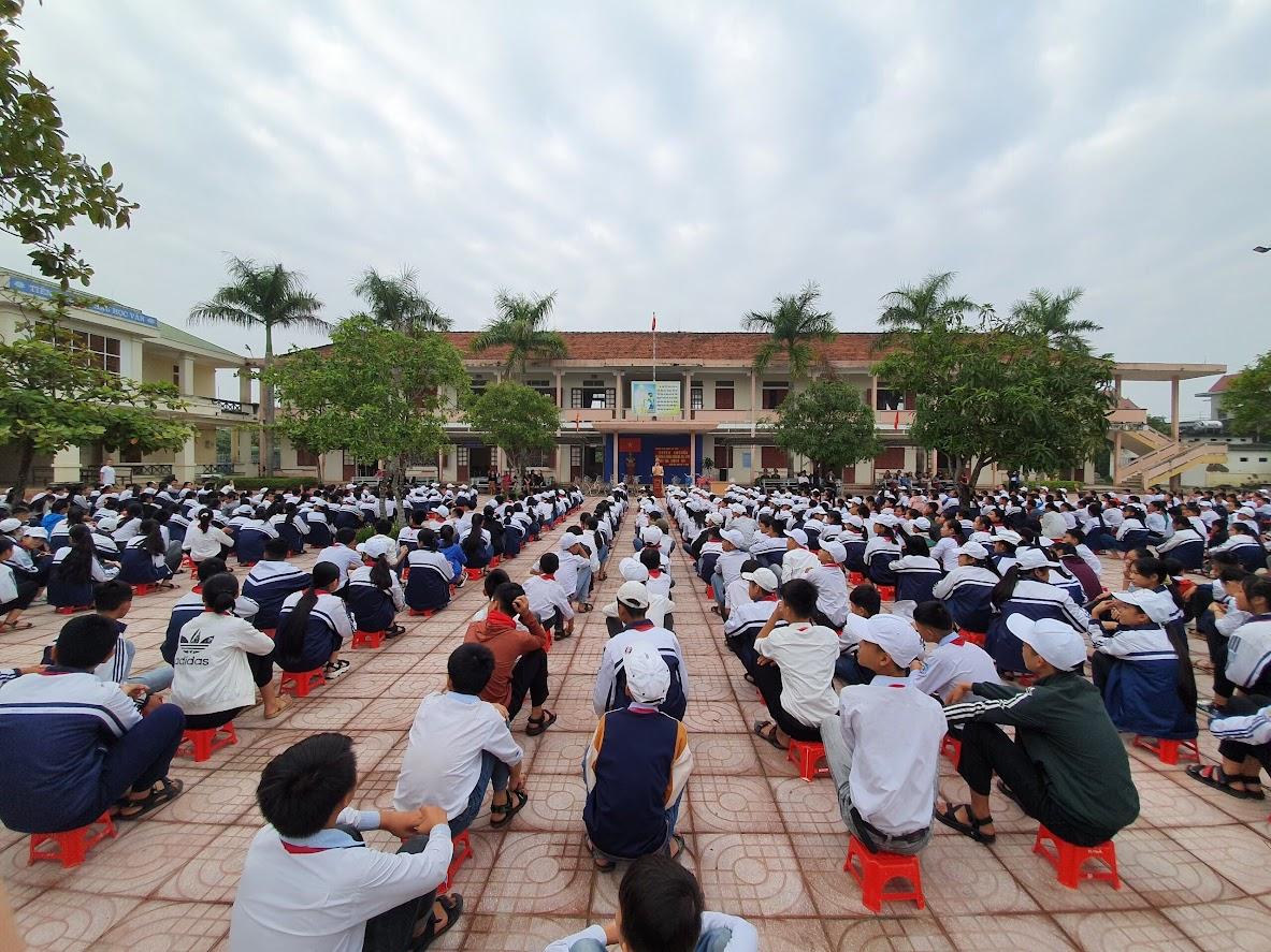 Toàn cảnh buổi tuyên truyền pháp luật tại Trường THCS Phùng Chí Kiên (xã Diễn Yên, huyện Diễn Châu)