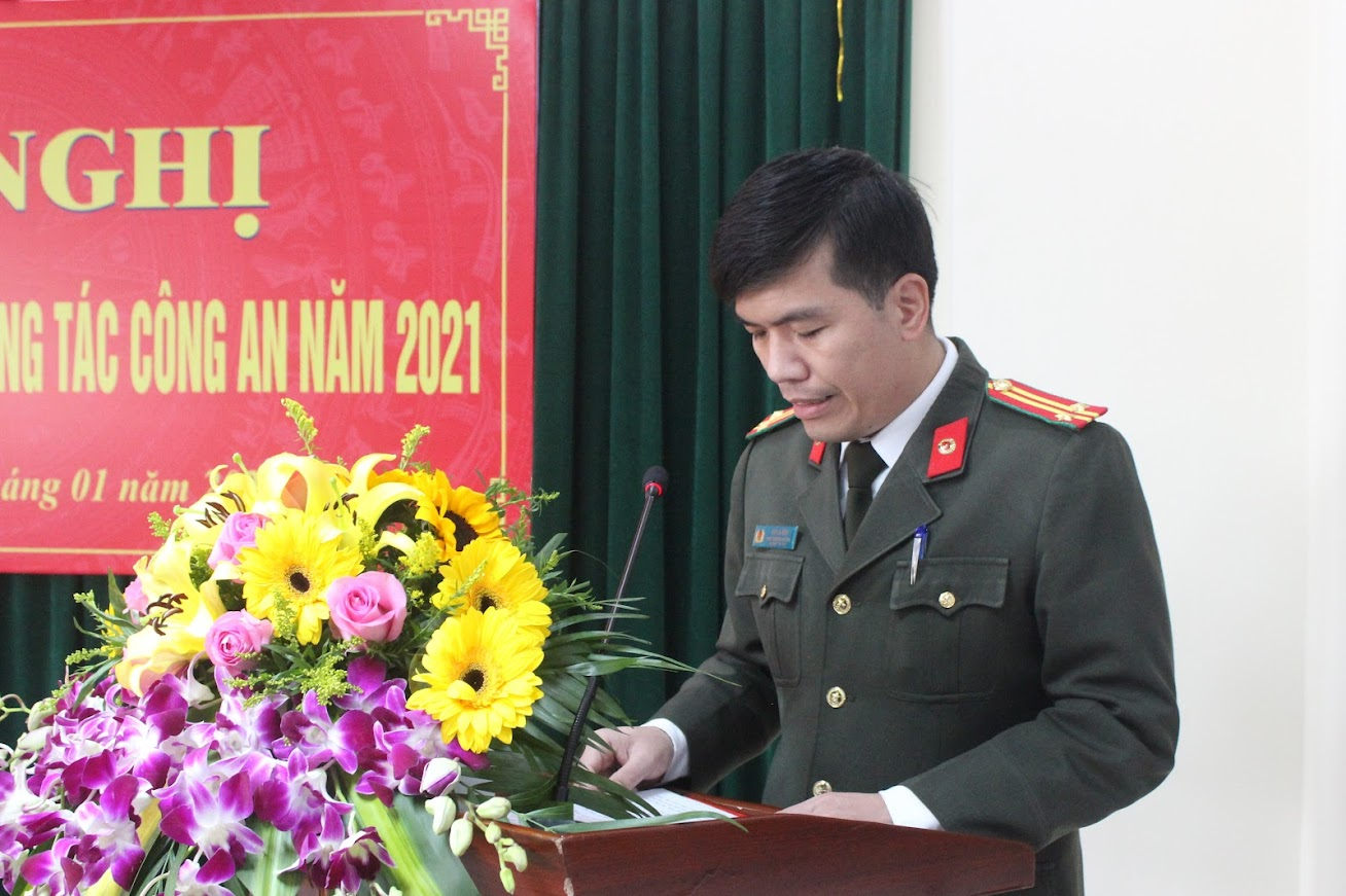 Đồng chí Trung tá Bùi La Sơn, Phó Trưởng phòng Tham mưu trình bày báo cáo kiểm điểm công tác Công an năm 2020; Nghị quyết và Chương trình công tác năm 2021