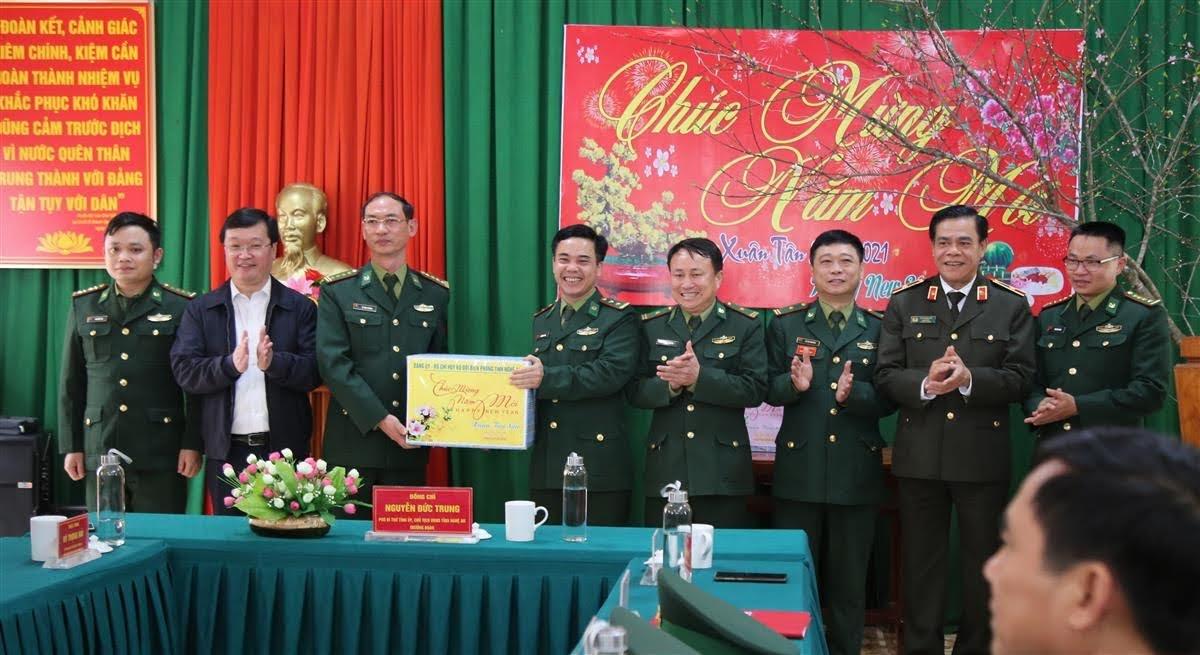Bộ chỉ huy Bộ đội Biên phòng tỉnh tặng quà cho Đồn Biên phòng Mỹ Lý